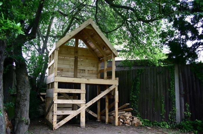 idée maison en palette recyclé, modèle petite cabane bois pour jeux d'enfant extérieur, coin de jeux à faire soi même