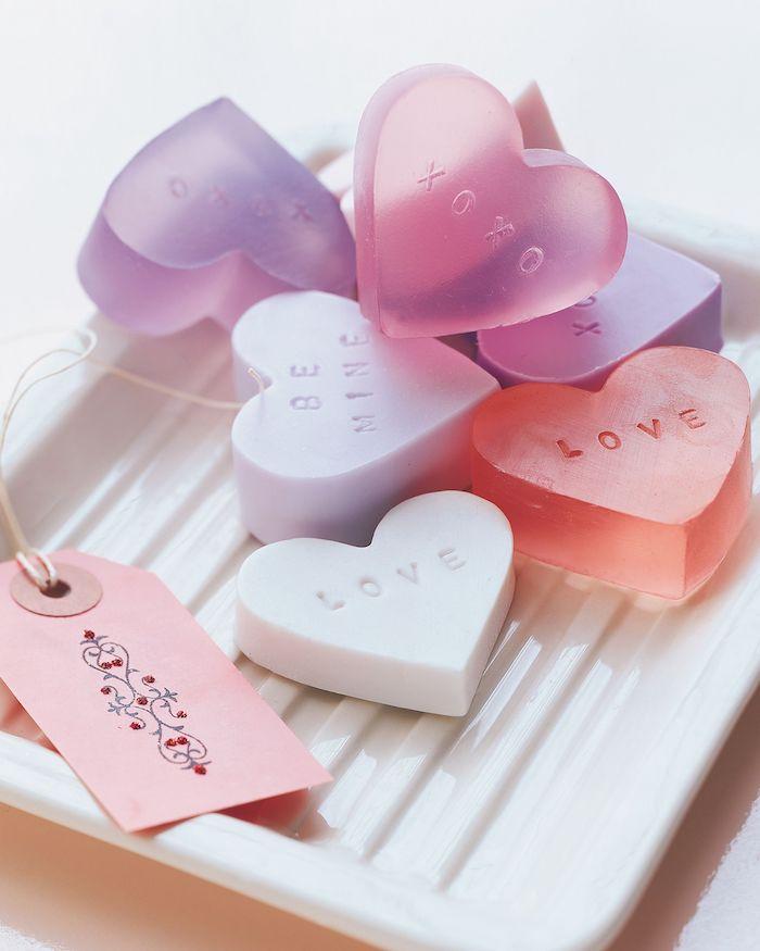 comment faire des savons en forme de coeur, exemple cadeau romantique DIY avec étiquette personnalisée fait main