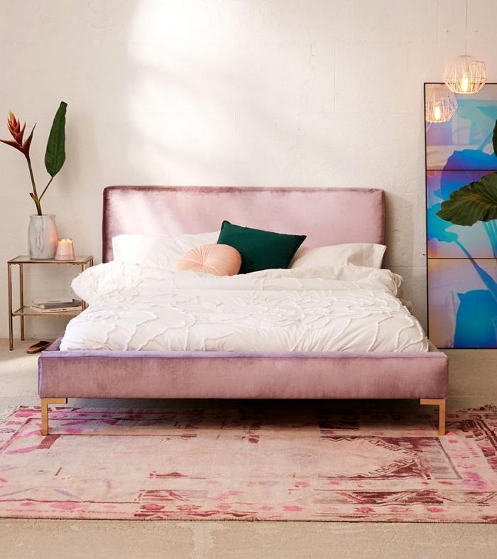 décoration de chambre moderne aux murs beige avec tapis et lit de couleur rose pastel, tete de lit fait maison