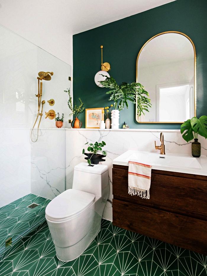 salle de bain nature en vert et blanc associant marbre et carreaux de ciment graphique, ponctuée d'accents dorés