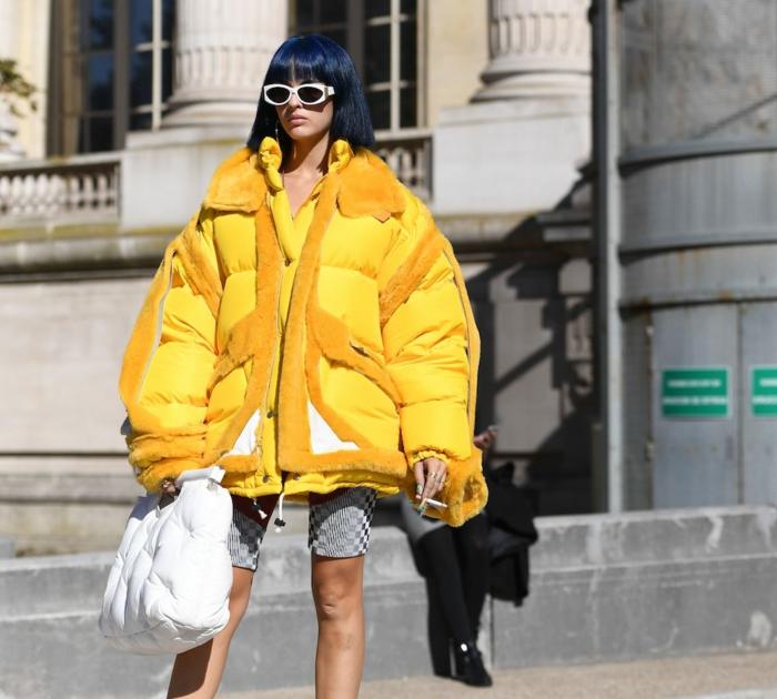 leggings courts, doudoune jaune, lunettes de soleil monture blanche, tendances de la saison
