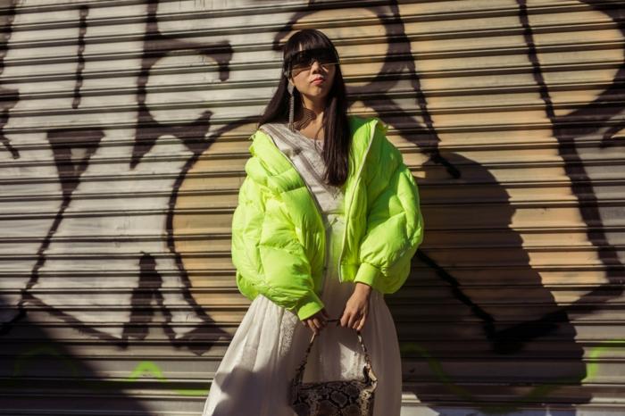 mode printemps 2019, doudoune verte, jupe fluide, sac motifs animaux, cheveux lisses, frange lissée