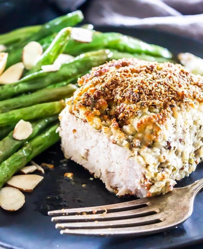 idée de viande de porc à la moutarde et croûte de parmesan servie avec des asperges blanchies, régime cétogène menu