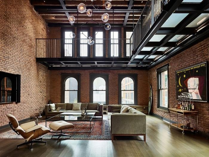 meuble style industriel dans un salon loft, table basse en verre et métal, modèle de tapis rouge à motifs ethniques