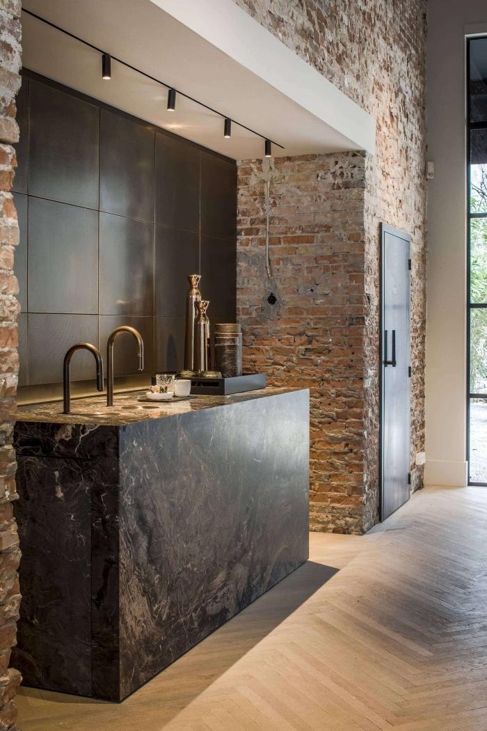 comment décorer une petite cuisine industrielle, aménagement loft industriel aux murs briques avec petite cuisine matériaux bruts