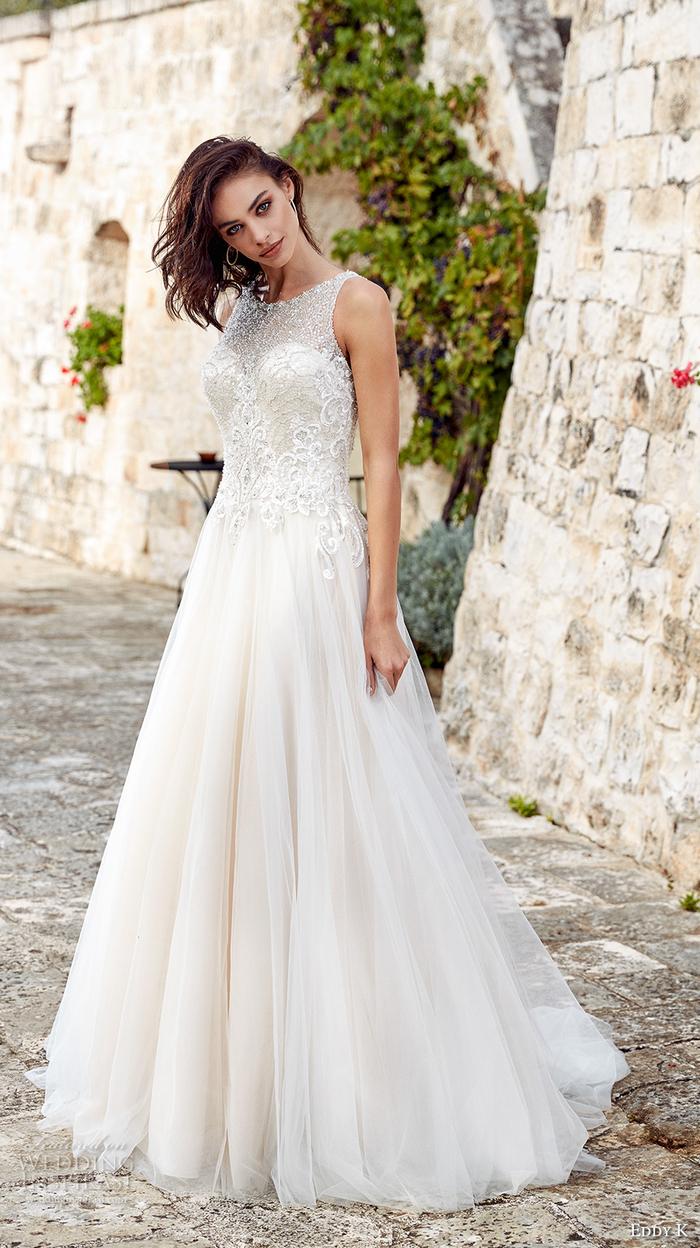 Longue robe de mariée coupe princesse, quelle robe pour quelle morphologie, decollete en dentelle et jupe en tulle