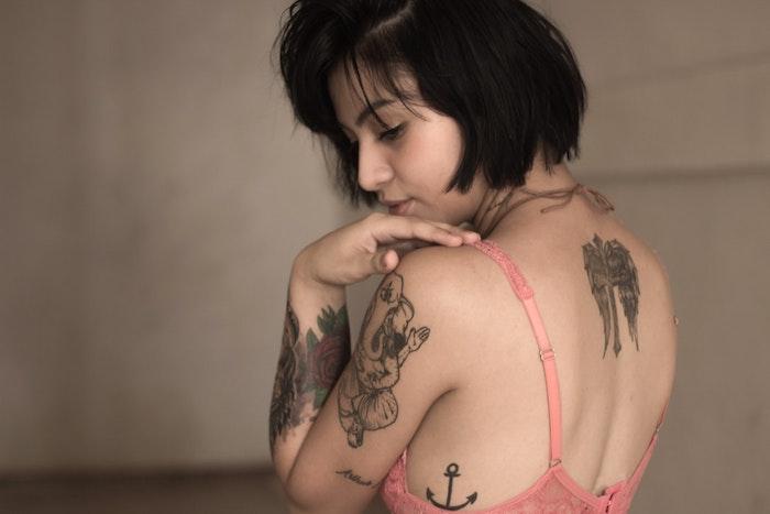 Fille tatoué, épaule et dos tatou, idée de tatouage fleur, swag tatouage original, dessiner un image swag sur soi