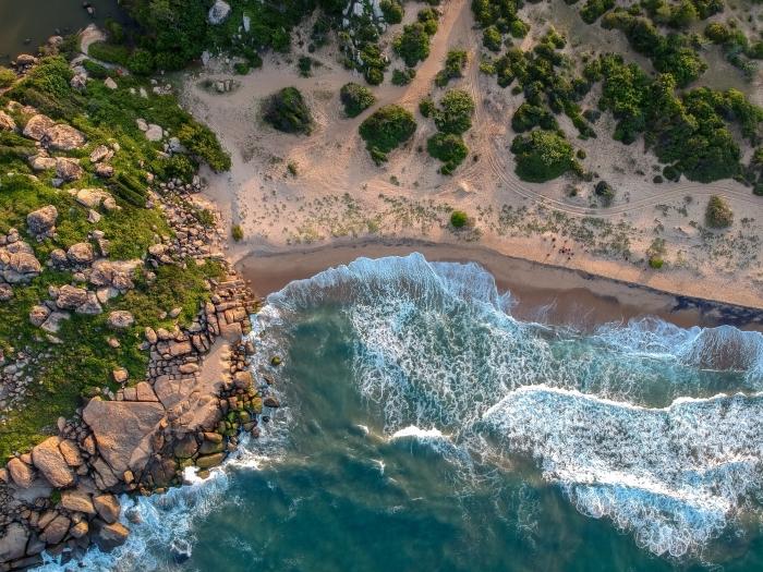 magnifique paysage de la nature sauvage, idée fond d écran paysage côte déserte, photo avec drône au-dessus de la plage