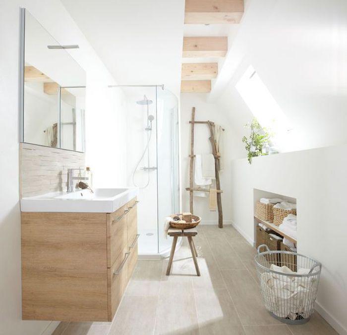 Lumineuse salle de bain bois et blanc sous combles, salle de bain moderne aménagement, tabouret bois, basket pour le linge, échelle bois