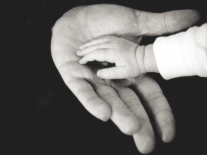 Main de bébé dans la main de sa maman, belles images fete des meres, image bonne fete maman, photographie noir et blanc