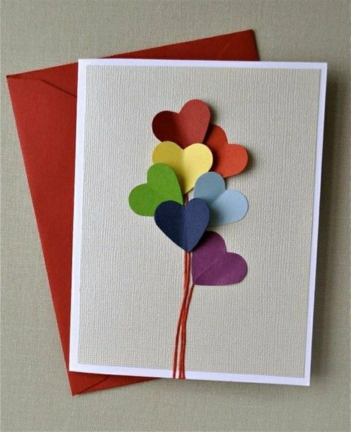 une simple carte d'anniversaire a faire soi meme décorée de petits coeurs en papier cartonné de couleur façon ballons d'anniversaire