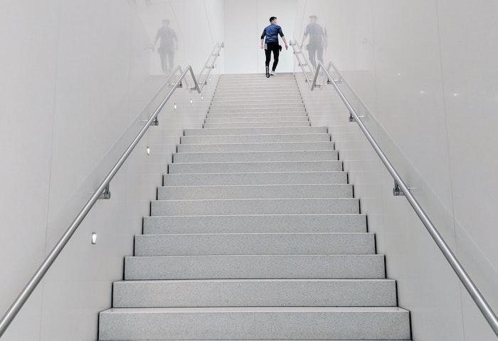 photo escalier blanc avec rambarde metal inox sans garde corps