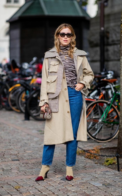 longue veste beige, chemise imprimé animal, jeans bleus, escarpins bottes bicolores