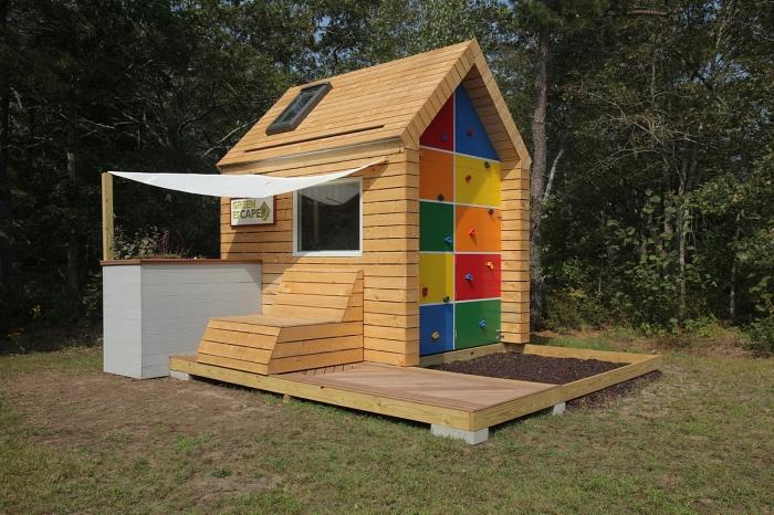 construire une cabane de jardin, modèle de cabane de jardin enfant sur terrasse en bois, idée bricolage pour jardin