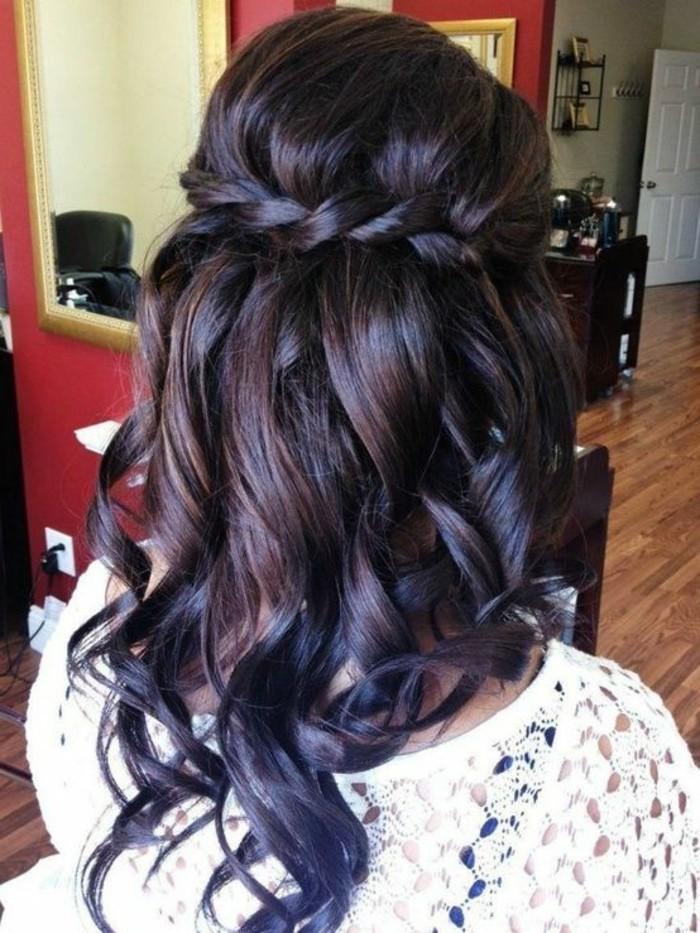 tresse en cascade avec des mèches ondulées et volume sur le dessus, cheveux longs coiffure simple et rapide