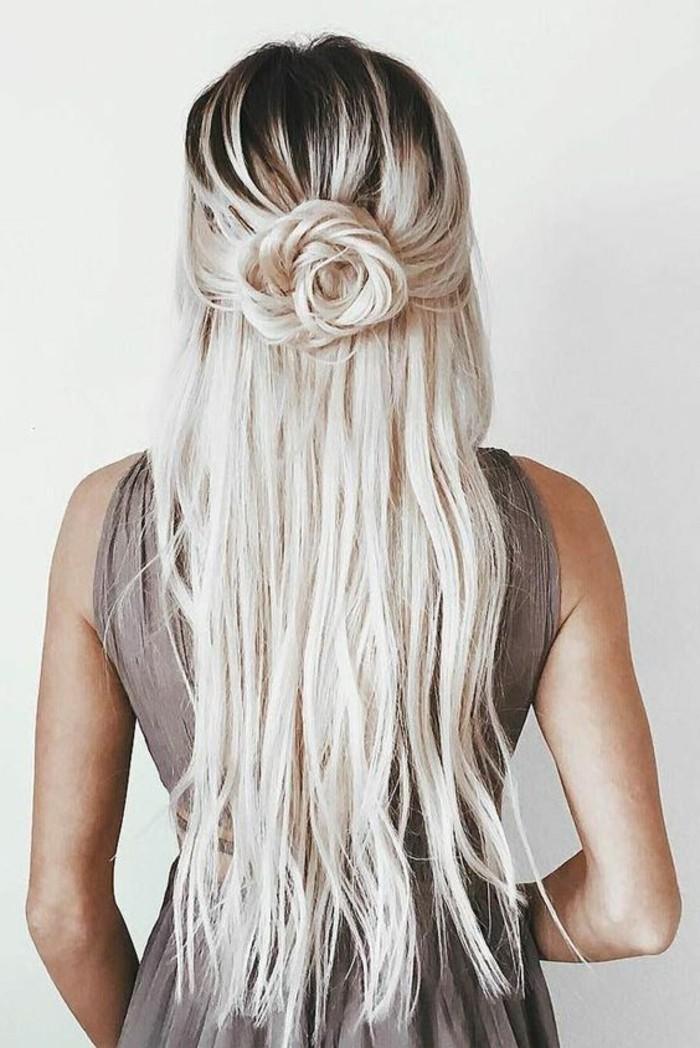 demi queue de cheval transformée en rose de cheveux, belle coiffure femme cheveux longs avec des mèches blond polaire coloration