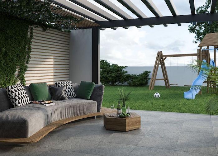 photo de belle terrasse sur carrelage avec large canapé, jolie idée d'investissement en travaux de printemps