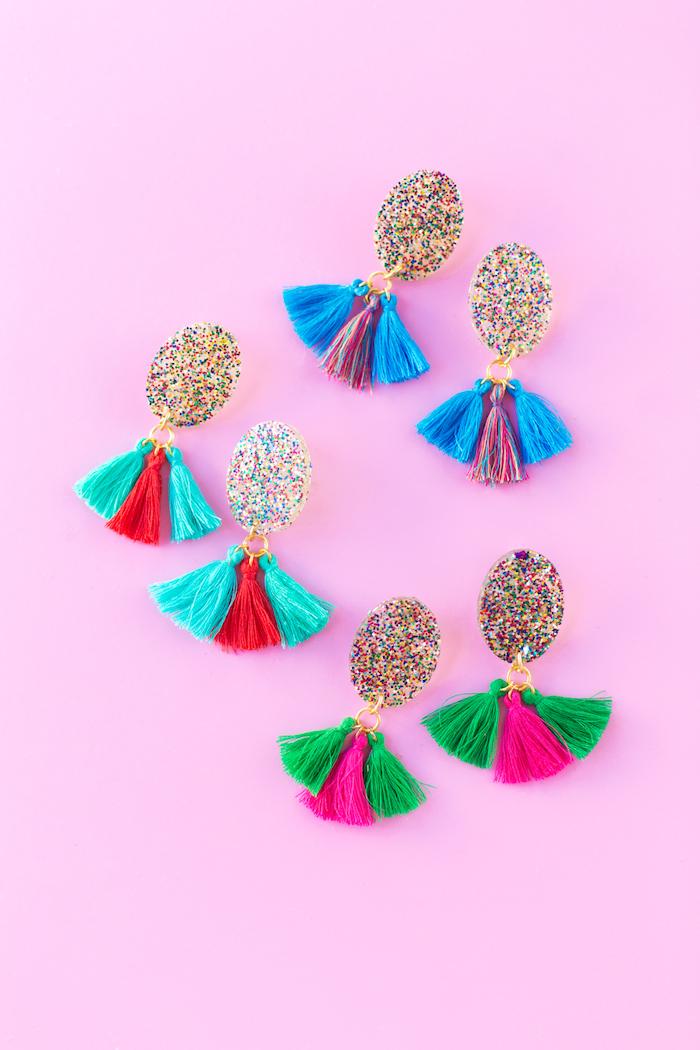 quel cadeau pour la fête des mères, modèles de boucles d'oreilles DIY en résine et paillettes avec mini glands