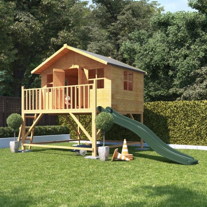 fabriquer un abri de jardin avec des palettes ou bois, modèle maison pour jeux avec terrasse en bois avec toboggan