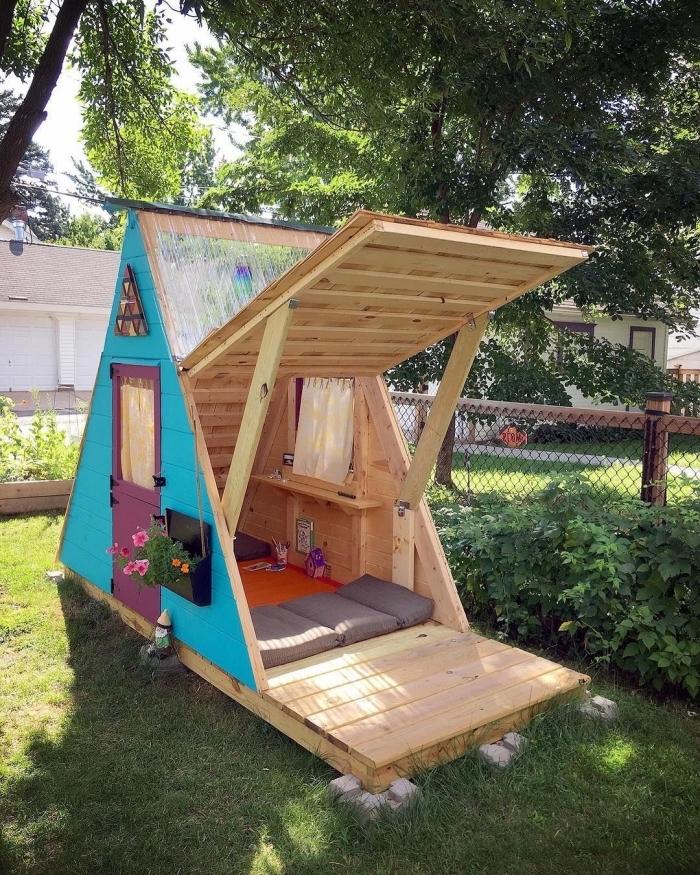 modèle maison en bois pour jardin à réaliser soi-même, exemple mécanisme d'ouverture porte maison DIY en bois