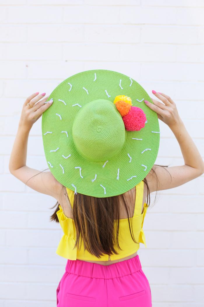 diy chapeau vert à pompons colorés, cadeau fête des mères à fabriquer soi même, capeline customisée à effet cactus