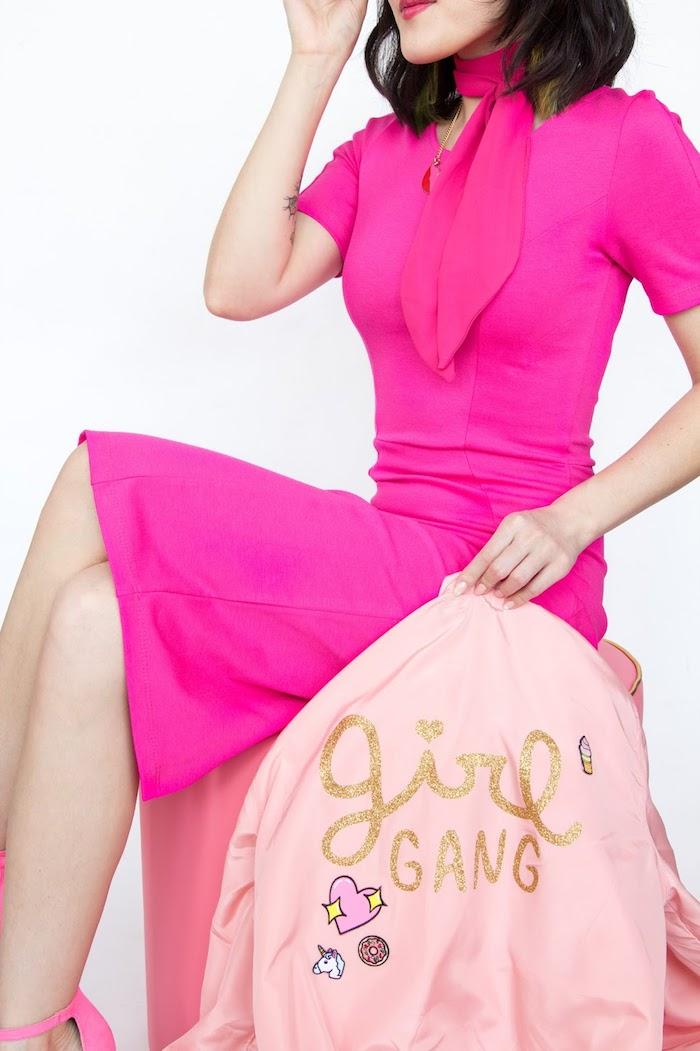 modèle de robe mi-longue en couleur rose fuschia, cadeau meilleure amie fait maison, veste rose pastel avec lettres glitter