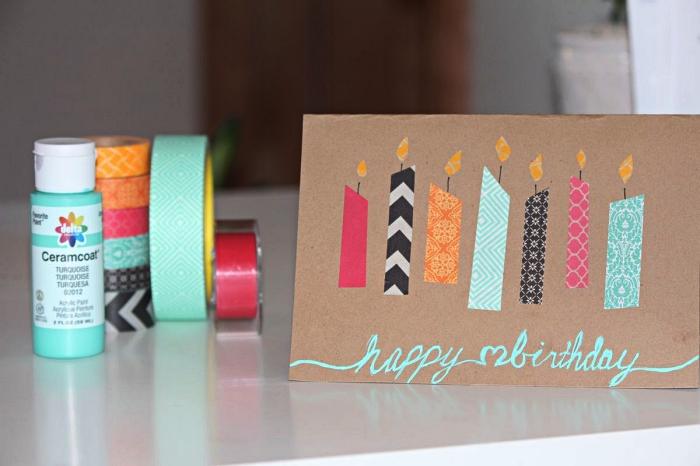 personnaliser une jolie carte bonne fête en papier kraft avec des bougies en masking tape, carte de voeux à l'écriture couleur vert d'eau