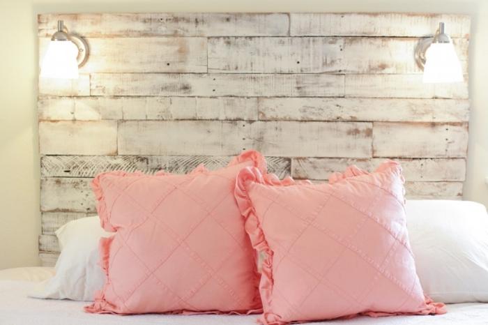 exemple tete de lit palette repeinte en blanc, déco de style vintage dans une chambre beige avec meubles bois