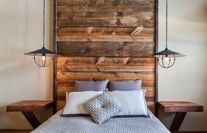 idée pour réaliser une tete de lit originale en bois brut, exemple éclairage de style industriel pour une chambre