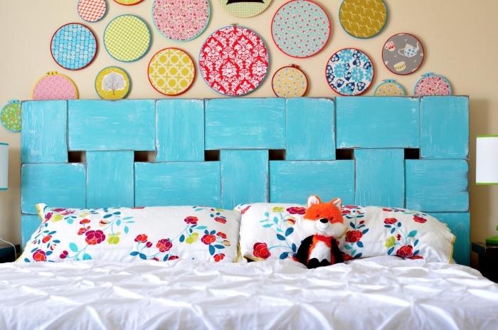 idée détournement d'objet dans une chambre à coucher, modèle tête de lit en bois relookée avec peinture bleue