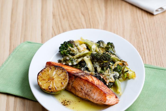régime cétogène menu, repas simple poisson recette pavés de saumon et brocolis au four avec du fromage cheddar