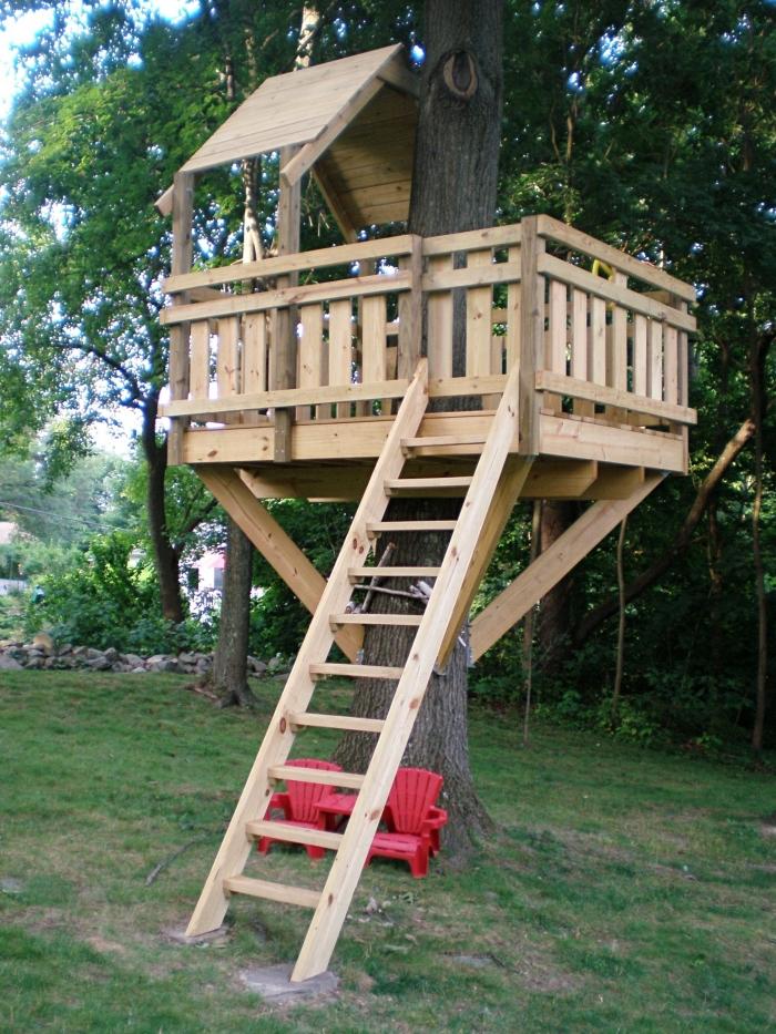 exemple de cabane en palette, comment faire une cabine dans les arbres avec échelle et terrasse en bois recyclé