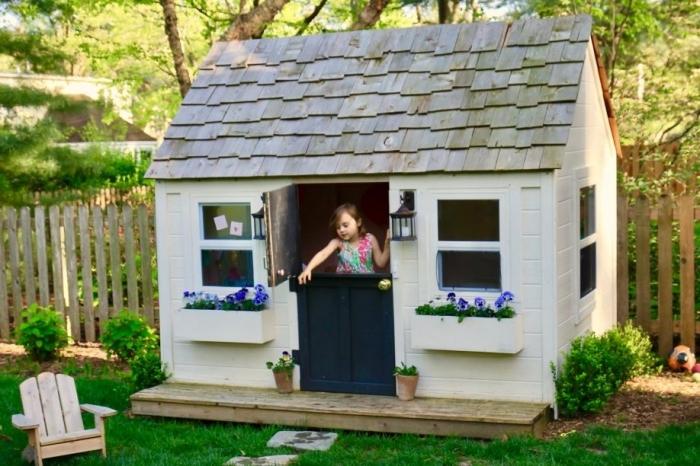 exemple de cabanon en bois diy palette, construire un espace jeu en bois, modèle maison bois à façade blanche