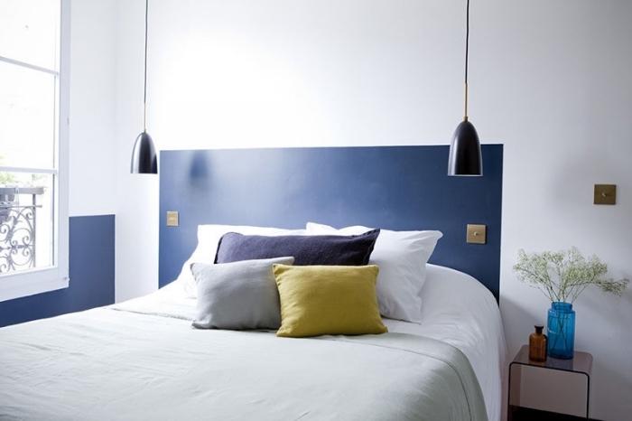 modèle chambre à coucher moderne aux murs blancs avec tête de lit peinte, idée pour fabriquer une tete de lit en peinture