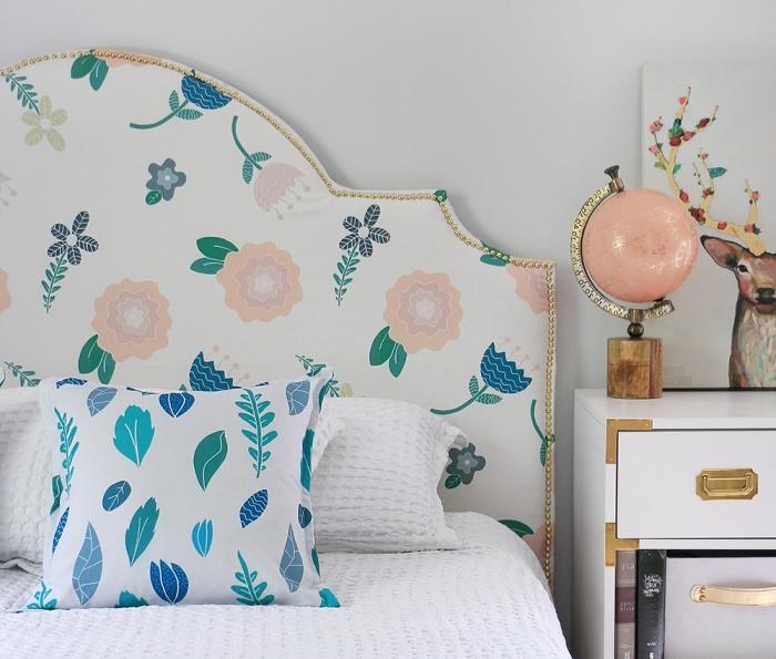 idée comment relooker une tête de lit avec tissu et bordure dorée, déco chambre fille avec tete de lit en tissu