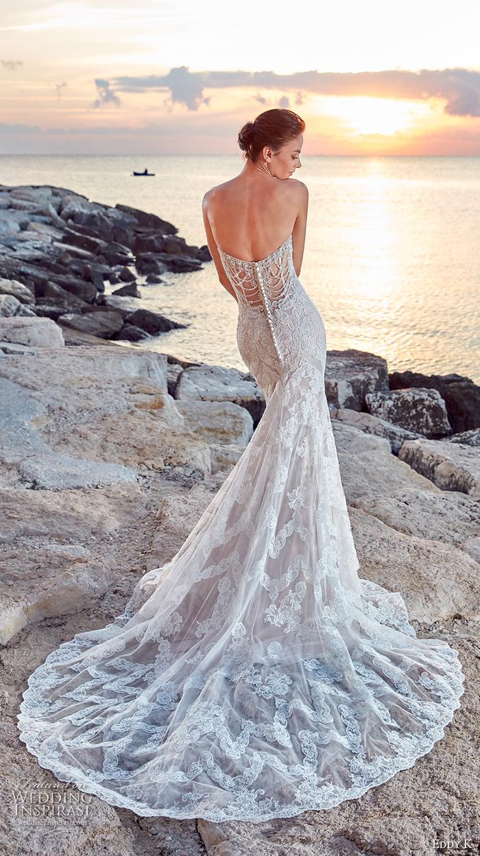 Longue robe de mariée de princesse, cool idée quelle robe est pour moi, magnifique dos de robe de mariage, coucher de soleil au bord de la mer
