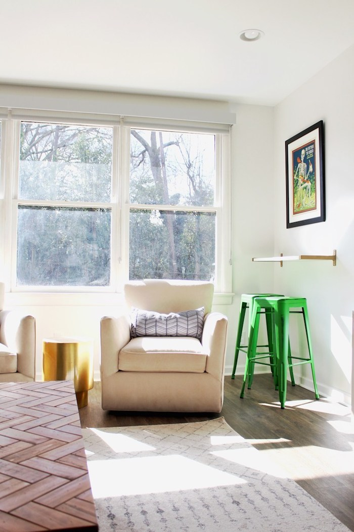 Coin lecture, chaise haute vert, fenêtre vue de jardin, meuble de rangement, ranger ses affaires dans la chambre a coucher