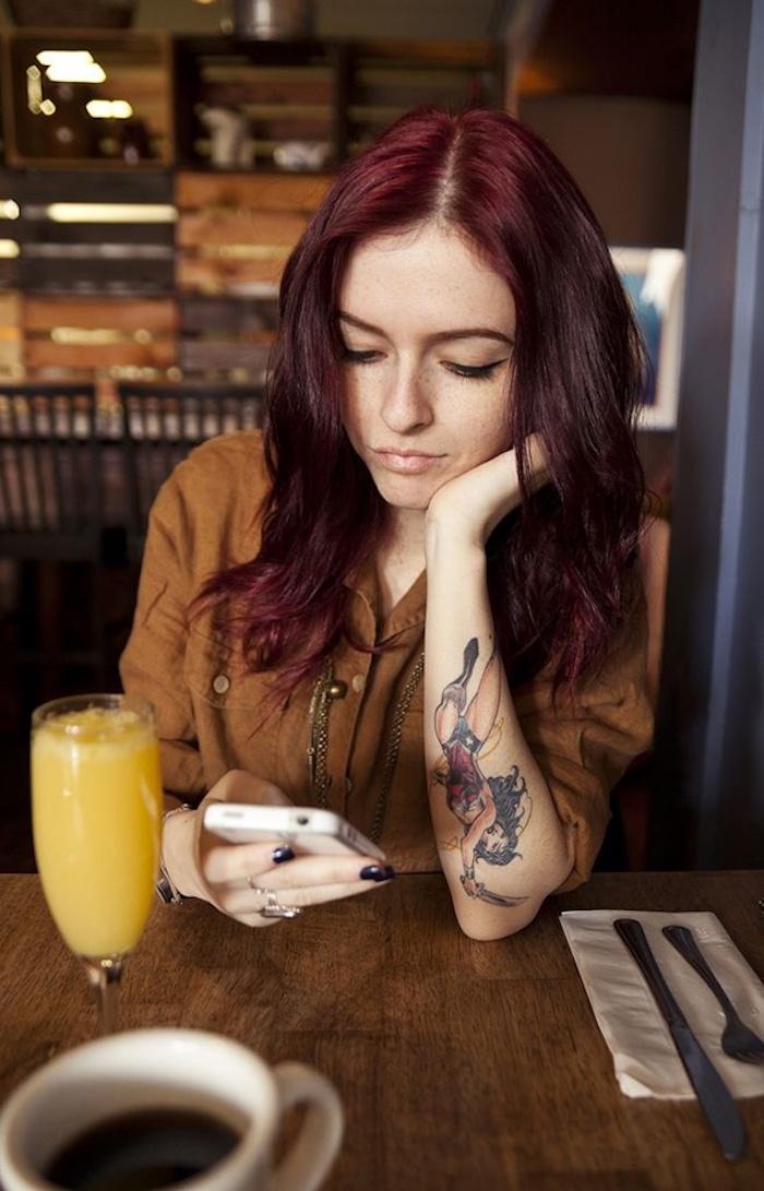 Fille rousse avec tatouage de Wonder woman, tatouage dessin, tatouage main, quoi choisir à dessiner sur sa peau