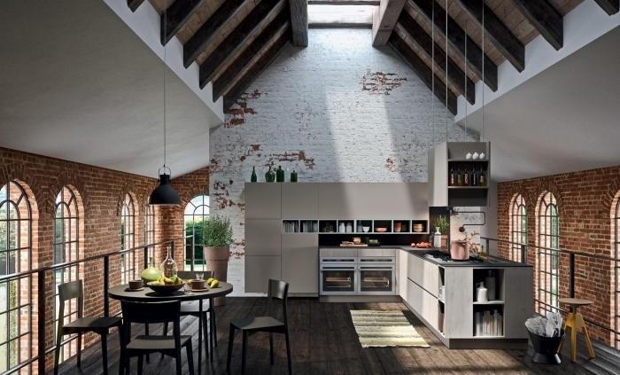 comment décorer un appartement loft industriel, exemple cuisine aménagée en L avec parquet bois foncé et murs briques