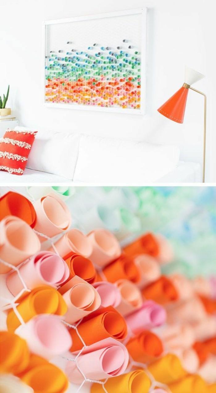 rouleaux de papier colorés fixés à un panneau mis au mur, lampe de sol moderne