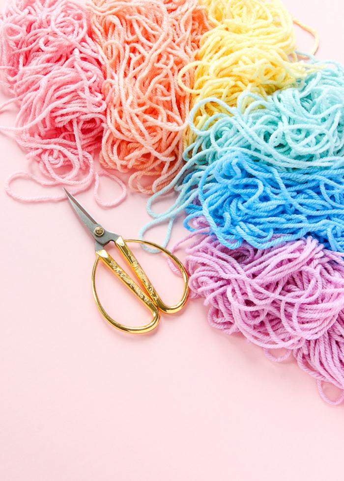 exemple comment teindre des fils de laine, idée que faire avec les pompons, cadeau a fabriquer soi meme pour fille