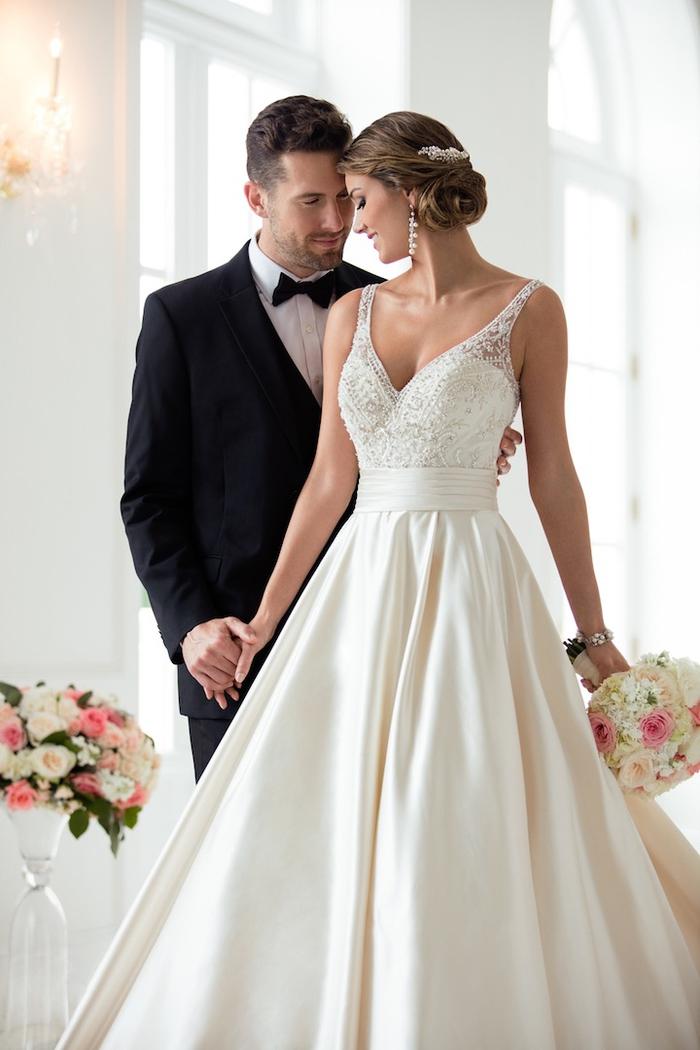Beau couple jeunes mariées, bouquet de fleurs, robe princesse pour mariage, robe de mariée volumineuse