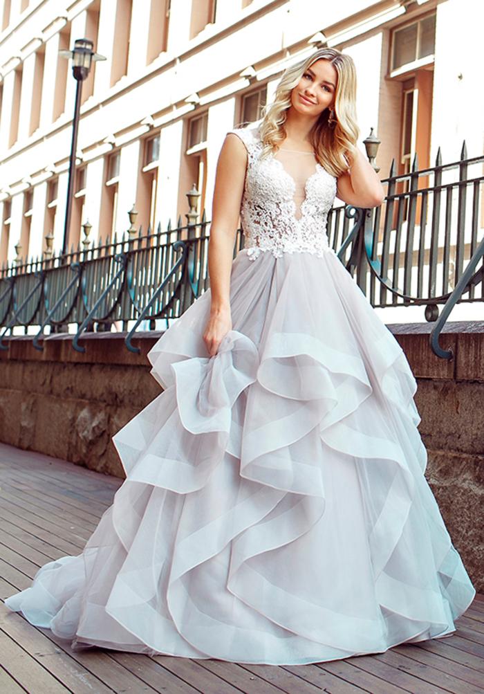 Dentelle top et jupe de fleur en différentes voiles, modele robe de mariee princesse, silhouette classique, femme blonde cheveux ondulées