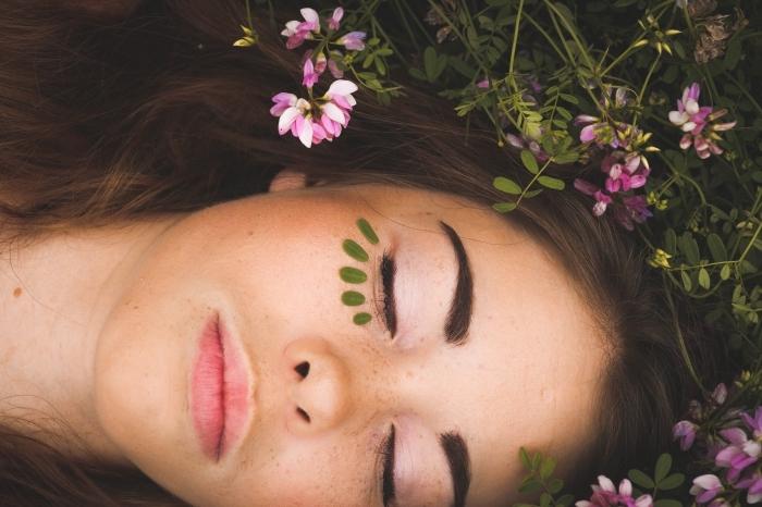 fond d écran gratuit pour ordinateur, photo jeune fille avec fleurs dans les cheveux, customiser son ordinateur avec une photo beauté naturelle femme