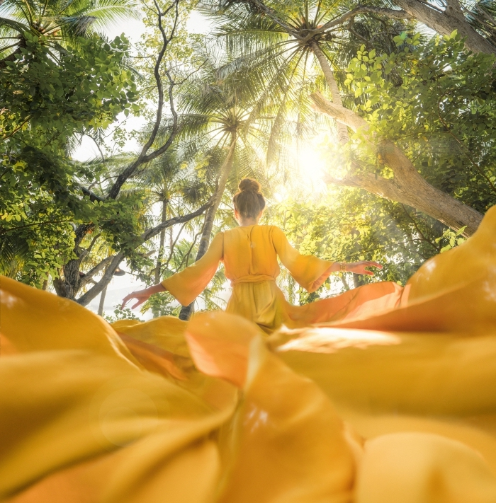 customiser son desktop avec un joli fond d écran, photo d'une fille en robe jaune féerique qui court dans la nature