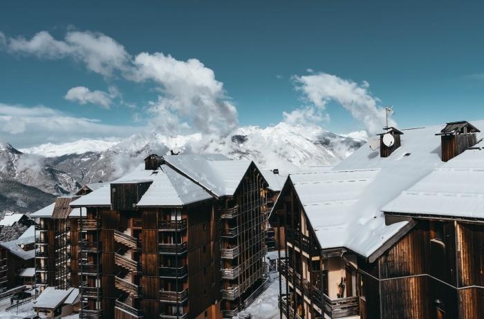 bien organiser ses vacances, fond d écran magnifique avec hôtel de montagnes en bois brut et vue sur les sommets