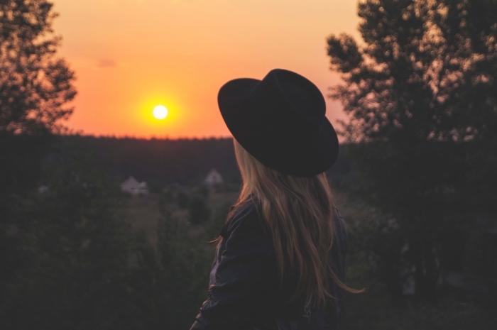 comment prendre des photos au lever du soleil, idée wallpaper pc avec jeune fille dans la nature, magnifique photo de lever du soleil