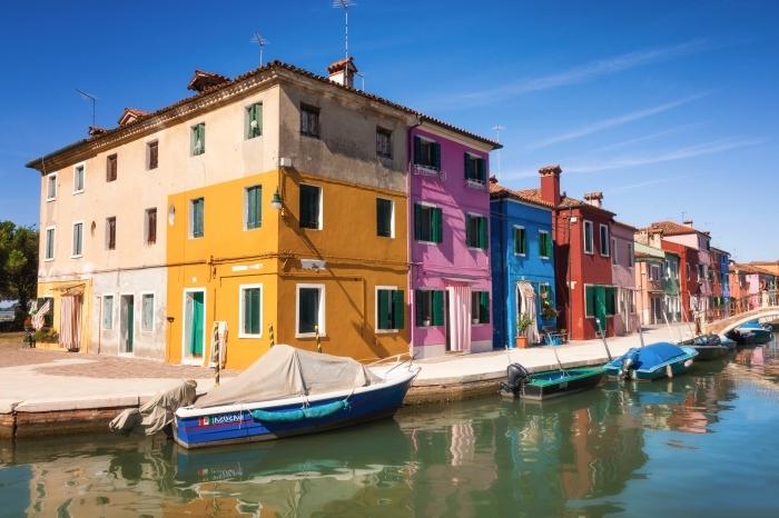 prendre de photos magnifiques lors de ses voyages, joli fond d écran avec maisons colorés et bateau dans un canal eau