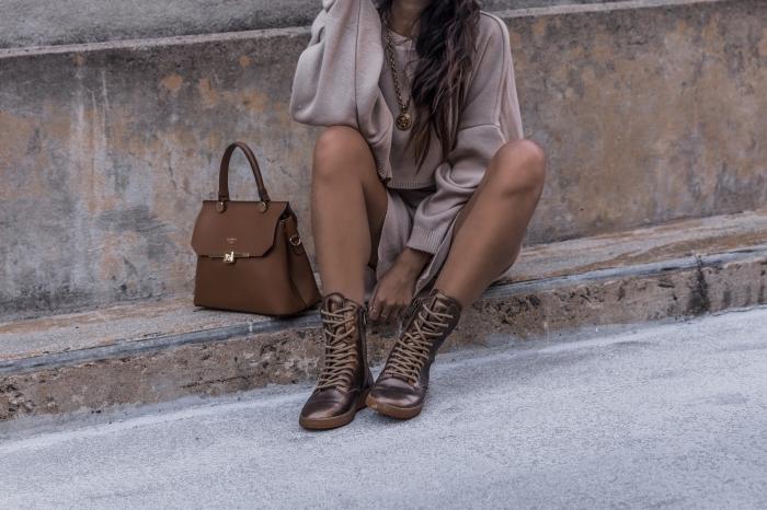 comment bien s'habiller, idée fond d écran stylé avec femme habillée en tunique beige et bottes métallisées à lacets