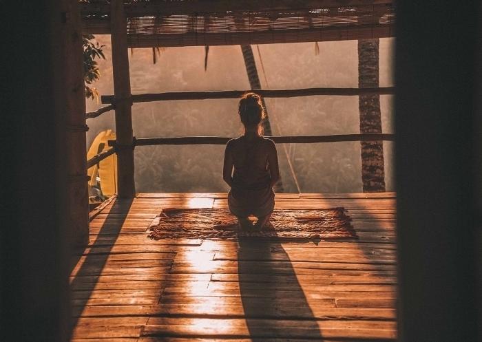 wallpaper avec photo zen d'une femme qui fait des exercises yoga au lever du soleil, idée fond d écran gratuit pour ordinateur